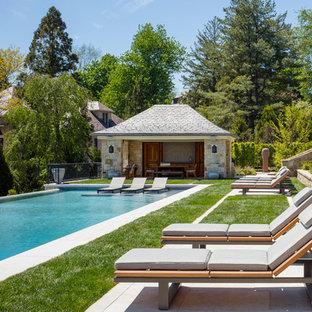Idee per una piscina monocorsia chic rettangolare dietro casa con una dépendance a bordo piscina e piastrelle