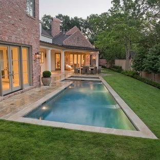 Ejemplo de piscinas y jacuzzis alargados, tradicionales, de tamaño medio, en forma de L, en patio trasero, con adoquines de hormigón