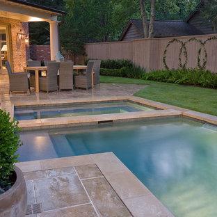 Diseño de piscinas y jacuzzis alargados, clásicos, pequeños, en forma de L, en patio trasero, con adoquines de hormigón
