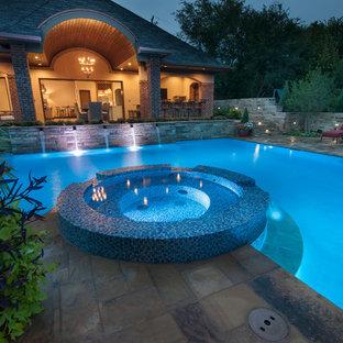 Ejemplo de piscinas y jacuzzis alargados, modernos, grandes, en forma de L, en patio trasero, con adoquines de piedra natural