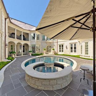 Imagen de piscina tradicional, redondeada, en patio