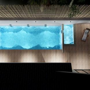 Ispirazione per una piccola piscina moderna dietro casa con pedane