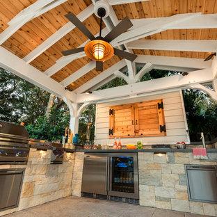 Imagen de piscina alargada, de estilo americano, grande, rectangular, en patio trasero