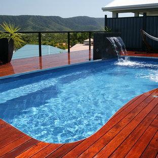 Diseño de piscina con fuente elevada, de tamaño medio, rectangular, en azotea, con entablado