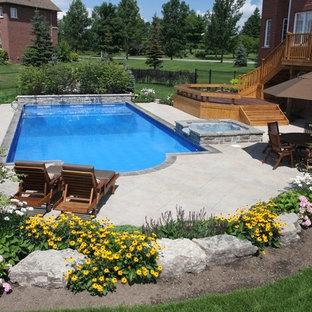 Modelo de piscinas y jacuzzis alargados, contemporáneos, grandes, rectangulares, en patio trasero, con suelo de hormigón estampado