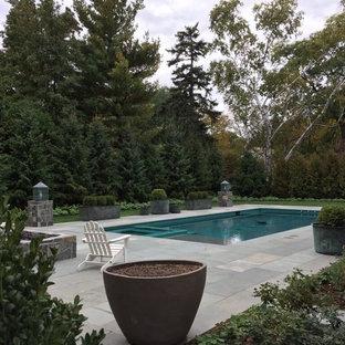 Modelo de piscinas y jacuzzis alargados, clásicos renovados, de tamaño medio, rectangulares, en patio trasero, con adoquines de piedra natural