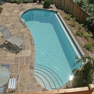 Diseño de piscina infinita, contemporánea, pequeña, a medida, en patio trasero, con adoquines de piedra natural