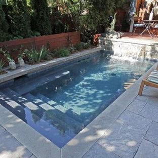 Imagen de piscina con fuente alargada, contemporánea, pequeña, rectangular, en patio trasero, con adoquines de piedra natural
