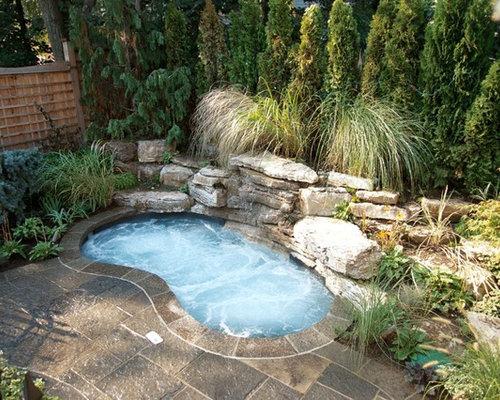 Petite piscine avec un bain bouillonnant photos et id es for Petite piscine naturelle