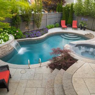 Ejemplo de piscina con fuente actual, pequeña, a medida, en patio trasero, con suelo de hormigón estampado