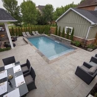 Cette image montre une petit piscine arrière design rectangle avec un point d'eau et du béton estampé.