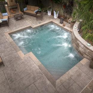 Modelo de piscina con fuente contemporánea, pequeña, a medida, en patio trasero, con suelo de hormigón estampado