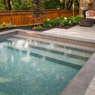Modelo de piscinas y jacuzzis pequeños, rectangulares, en patio trasero, con suelo de hormigón estampado