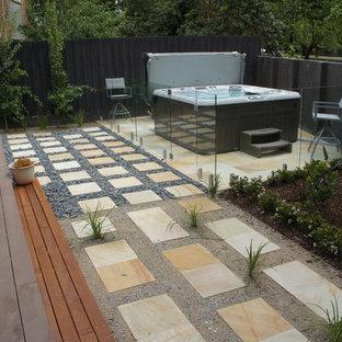 Diseño de piscinas y jacuzzis elevados, retro, rectangulares, en patio trasero, con suelo de baldosas
