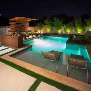 Diseño de piscina con fuente asiática, pequeña, rectangular, en patio trasero, con losas de hormigón