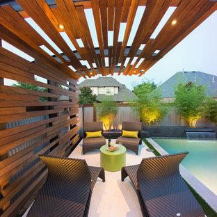 Ejemplo de piscina con fuente industrial, pequeña, rectangular, en patio trasero, con losas de hormigón
