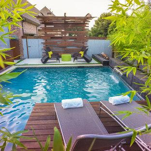 Esempio di una piccola piscina etnica rettangolare dietro casa con fontane e lastre di cemento