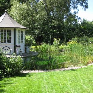 Imagen de piscina natural, de estilo de casa de campo, pequeña, a medida, en patio trasero, con gravilla