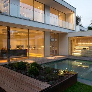 Gartenansicht mit Pool und Sauna