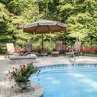 Diseño de piscina clásica, grande, en patio trasero, con adoquines de ladrillo