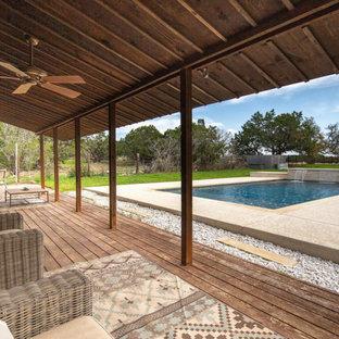 Ejemplo de piscina de estilo de casa de campo, de tamaño medio, rectangular, en patio lateral, con suelo de hormigón estampado