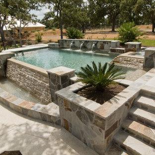 Ejemplo de piscinas y jacuzzis infinitos, mediterráneos, de tamaño medio, a medida, en patio trasero, con adoquines de hormigón