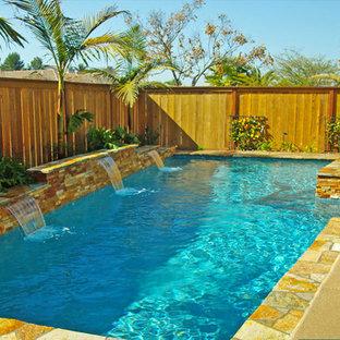 Inspiration pour un couloir de nage arrière traditionnel de taille moyenne et rectangle avec un bain bouillonnant et une dalle de béton.
