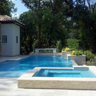 Ejemplo de piscinas y jacuzzis infinitos, actuales, de tamaño medio, a medida, en patio trasero, con adoquines de piedra natural