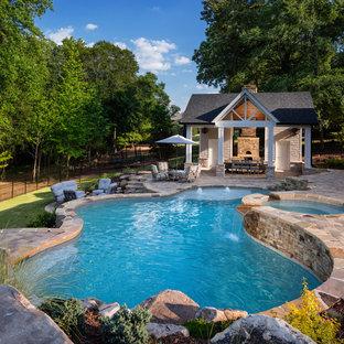 Foto di una grande piscina naturale tradizionale personalizzata dietro casa con una dépendance a bordo piscina e pavimentazioni in cemento