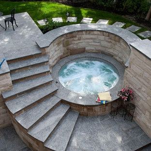 Foto de piscinas y jacuzzis contemporáneos, pequeños, redondeados, en patio trasero, con adoquines de hormigón