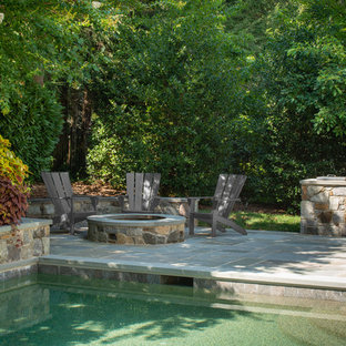 Imagen de piscina con fuente natural, costera, grande, rectangular, en patio trasero, con adoquines de piedra natural