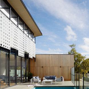 Foto di una grande piscina fuori terra contemporanea rettangolare nel cortile laterale con una dépendance a bordo piscina e pedane