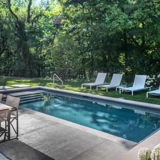 Ejemplo de piscina alargada, actual, pequeña, rectangular, en patio trasero, con adoquines de piedra natural