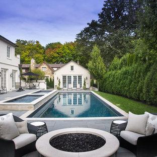 Ejemplo de casa de la piscina y piscina tradicional, de tamaño medio, rectangular, en patio trasero, con adoquines de hormigón