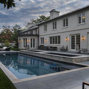 Idée de décoration pour un couloir de nage arrière tradition de taille moyenne et rectangle avec un bain bouillonnant et des pavés en pierre naturelle.