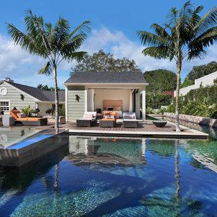 Foto di un'ampia piscina monocorsia contemporanea personalizzata dietro casa con una vasca idromassaggio e pedane