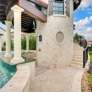 Ejemplo de casa de la piscina y piscina tradicional renovada, grande, a medida, en patio trasero, con adoquines de piedra natural