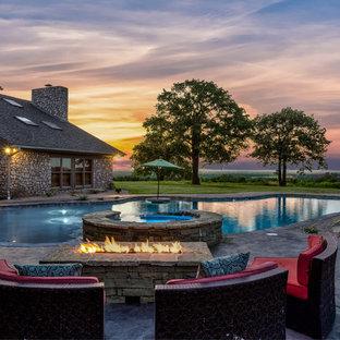 Diseño de piscinas y jacuzzis de estilo americano, extra grandes, a medida, en patio trasero, con suelo de hormigón estampado
