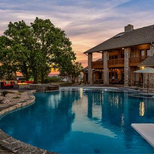 Imagen de piscinas y jacuzzis de estilo americano, extra grandes, a medida, en patio trasero, con suelo de hormigón estampado