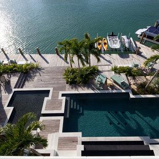 Foto de piscinas y jacuzzis exóticos, grandes, a medida, en patio trasero