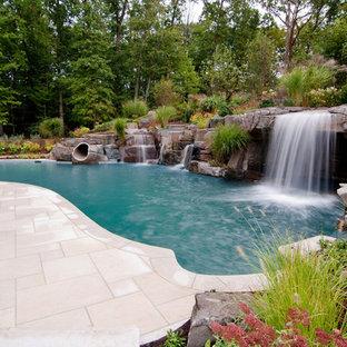 Modelo de piscina con fuente natural, exótica, con adoquines de piedra natural
