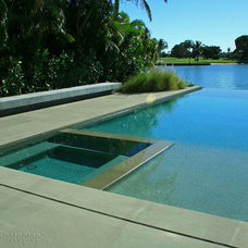 Modern Pool by Bell Landscape Architecture Inc.
