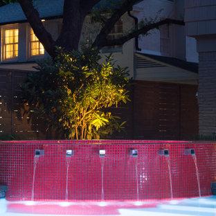Foto di una piscina tradizionale rettangolare di medie dimensioni e dietro casa con lastre di cemento