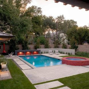 Diseño de piscinas y jacuzzis alargados, actuales, de tamaño medio, rectangulares, en patio trasero, con losas de hormigón