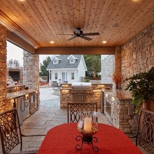Imagen de casa de la piscina y piscina extra grande, rectangular, en patio trasero, con adoquines de piedra natural