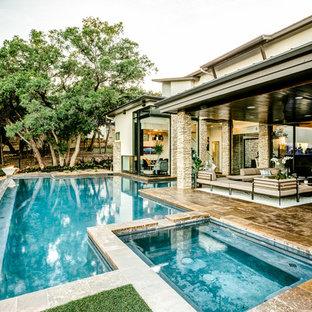 Diseño de piscina con fuente retro, grande, a medida, en patio trasero, con suelo de baldosas