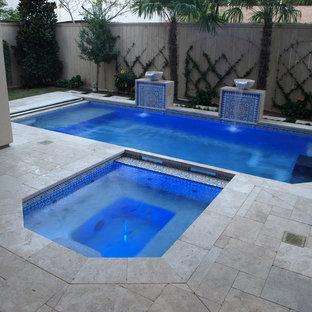 ヒューストンの中サイズの長方形アジアンスタイルのおしゃれな裏庭プール (噴水、タイル敷き) の写真