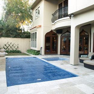 Ejemplo de piscina con fuente de estilo zen, pequeña, rectangular, en patio trasero