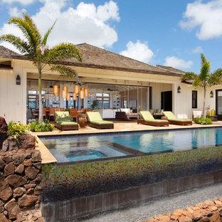 Foto de piscinas y jacuzzis infinitos, marineros, grandes, rectangulares, en patio trasero, con adoquines de piedra natural