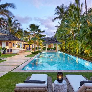 Ejemplo de casa de la piscina y piscina exótica, rectangular, en patio trasero